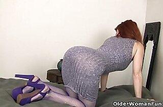 American milf Amber Dawn stuffs her pussy fuck with big black dildo