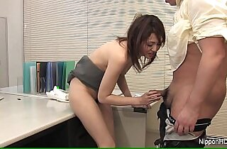 Japanese babe blows at work
